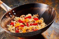 Recette de Nouilles sautées aux poivrons, champignons et curcuma. Facile et rapide à réaliser, goûteuse et diététique.