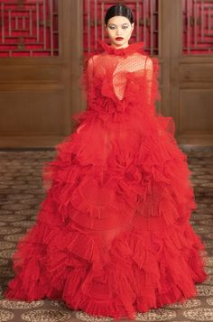 A Midsummer Night's Dream Made Real: Pierpaolo Piccioli Presents His Valentino Haute Couture Collection in Beijing Valentino Couture, Valentino Rockstud, Valentino Red, Shoes Valentino, Fashion 2020, Runway Fashion, Fashion Show, Fashion Weeks, London Fashion