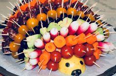 Pour 1 hérisson : 1 boule de pain (petite ou grosse suivant vos besoins) 1/2 citron des tomates cerises de toutes les couleurs des carottes coupées en rondelles des radis des avocats coupés en morceaux des olives vertes et noires de la saucisse sèche des dés de gruyère des cure-dents Disposer la boule de pain puis ajouter le demi citron à l'une des deux extrémités …