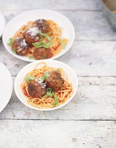 A delicious Jamie Oliver meatball pasta recipe that is loved by adults and kids; pork and beef meatballs in a rich tomato sauce, the perfect combo! Easy Tomato Sauce, Homemade Tomato Sauce, Meatball Recipes, Beef Recipes, Cooking Recipes, Sauce Tomate Simple, Beef And Pork Meatballs, Italian Meatballs, Spaghetti