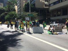 Manifestantes ocupam duas faixas da Avenida 9 de Julho, próximo à Alameda Franca, sentido Centro.  (Foto: Paula Paiva Paulo/G1)