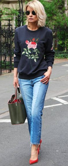 how to wear embroidered sweatshirt: bag + jeans + red heels