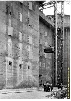 Munitions vault being lifted to the top of the Zoo Flak Tower, Luftwaffe, History Online, Us History, Torre Flak, Flak Tower, Bunker Hill Los Angeles, Doomsday Bunker, Underground Bunker, War Photography
