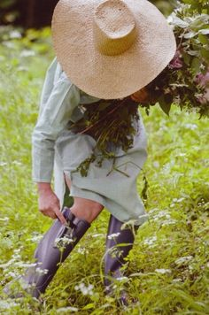 Looking for a great garden hat to keep the sun off my face.. love the hat...the dress..and the boots, I want to look this cute when I garden