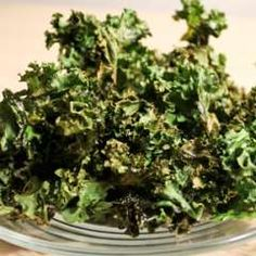 Basic Kale chips - seems like there are more and more ways to eat our veggies in chip form. This way makes sense to me! Yummy Snacks, Healthy Snacks, Healthy Eating, Healthy Recipes, Vegan Snacks, Veggie Recipes, Vegan Food, Diet Recipes, Clean Eating