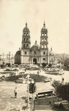 Catedral y Plaza de Armas. People Around The World, Around The Worlds, Pancho Villa, Notre Dame, Vacations, Westerns, Nostalgia, Places To Visit, Collage