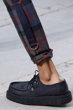 Louis Vuitton Spring 2017 Menswear Fashion Show : Louis Vuitton Spring 2017 Menswear Fashion Show Details The complete Louis Vuitton Spring 2017 Menswear fashion show now on Vogue Runway. New Mens Fashion Trends, Mens Fashion Shoes, Fashion Accessories, Accessories Online, Sneaker Trend, Der Gentleman, Gentleman Fashion, Men Trousers, Mens Trousers Casual