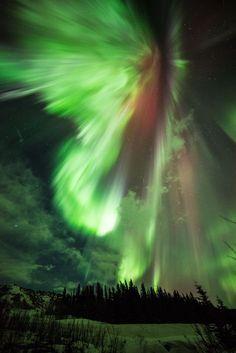 空が爆発? 大迫力のオーロラがイギリスに出現(画像集)
