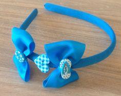 Linda tiara azul enfeitada com lindos botões.