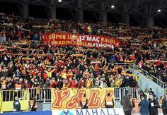 """Manisaspor maçı bitiminde tribünlere koşan #Göztepeliler, """"Süper Lig'e 12 maç kaldı"""" pankartıyla karşılaştı.  Devamı için; http://www.goztepetv.com/2017/02/goztepe-nin-sampiyonluk-takvimi/"""