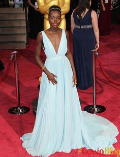 How Celebrities Change Runway Dresses For the Red Carpet Fashion News, Fashion Show, Fashion Looks, Fashion Design, Latest Fashion, High Fashion, Blue Dresses, Prom Dresses, College Fashion