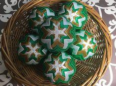 Melinda35 / vianočné patchworkové gule - vianočná zelená so starozlatou a bielou