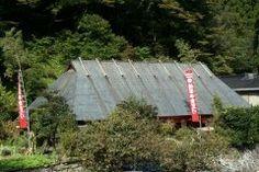 宮崎県椎葉村にある鶴富屋敷鶴富姫伝説という鎌倉時代初期の伝説が残る舞台と言われてるんです 昭和31年にはこのお屋敷が国の指定重要文化財にもなりました 近くには那須大八郎が植えたといわれる八村杉もありますよこれも国の天然記念物です 秋の紅葉シーズンもおすすめ  tags[宮崎県]