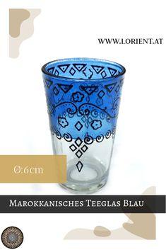 Was wäre die marokkanische Teezeremonie ohne kunstvoll bearbeitete Teegläser? Lange nicht so inspirierend!- deshalb gibt es bei uns wundervolle Dekors auf buntem Grund. Oder schlichte Teegläser mit marokkanischen Metellverzierungen, deren Herstellung wahrlich Fingerspitzengefühl voraussetzt. #marokko #design #fes #marrakesch #handgemacht #teeglas Fes, Shot Glass, Tableware, Design, Ageless Beauty, Moldings, Green Tee, Marrakech, Teapot