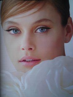 Dezentes Braut Make-Up: Halbe Wimpern eignen sich hierfür perfekt, denn man sieht nicht, dass die Braut künstliche Wimpern trägt! Trotzdem werden die Augen wunderschön betont! We love it!