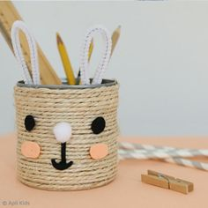 Tuto: An Easter Bunny Pencil Pot - Easter Tips and Tutorial Ideas Easter Gift, Easter Crafts, Happy Easter, Easter Bunny, Bunny Bunny, Easter Ideas, Diy For Kids, Crafts For Kids, Diy Crayons