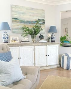 Comfortable Coastal Living Room Interior Ideas - TRENDECORA Coastal style is increasingly becoming more popular than ever because of its versatility. It also has a casual savoir faire … Coastal Bedrooms, Coastal Living Rooms, Living Room Interior, Home Living Room, Living Room Designs, Living Room Decor, Coastal Cottage, Coastal Farmhouse, Living Room Artwork