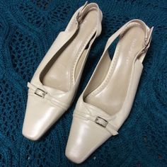 SZ 6NATURALIZER BONE COLORED SLINGBACK HEELS Pretty, classy and comfy are these fab NATURALIZER heels..Great condition Naturalizer Shoes Heels