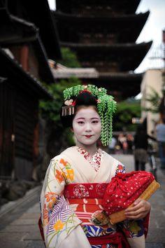 maiko Kanoyumi Japanese Geisha, Japanese Beauty, Memoirs Of A Geisha, Beautiful Japanese Girl, We Are The World, Traditional Fashion, Kyoto Japan, Japan Art, Nihon