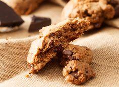 Για όσους σας αρέσει το φυστικοβούτυρο δεν πρέπει να σας ξεφύγει η συνταγή για μπισκότα με φυστικοβούτυρο και κομμάτια σοκολάτας! Biscuits, Kai, Sugar, Cookies, Desserts, Recipes, Food, Gastronomia, Crack Crackers