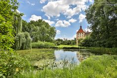 Das Schloss Eggenberg in Graz ist eine besondere historische Sehenswürdigkeit in der Steiermark. Alleine der weitläufige Park ist einen Besuch wert. Berg, Golf Courses, Mansions, House Styles, Pictures, Graz, Wedding, Lawn And Garden, Manor Houses