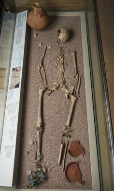 LONDRES: COSMOPOLITA DESDE SEMPRE - O esqueleto da 'Mulher da Harper Road', um dos quatro esqueletos romanos que foi submetido a análise de DNA, é exposto no Museu de Londres, na Inglaterra. O estudo confirmou que Londres era uma cidade etnicamente diversa desde seus primórdios, há mais de 2.000 anos. Estes resultados iniciais vêm de quatro pessoas: dois tiveram origens de fora da Europa, uma outra era da Europa continental e um era um britânico nativo