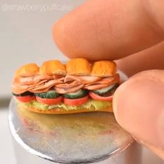 Most recent No Cost Clay Crafts videos Tips So small and adorable, I want 10 of these! Polymer Clay Recipe, Polymer Clay Kawaii, Fimo Clay, Polymer Clay Charms, Miniature Crafts, Miniature Food, Doll Food, Tiny Food, Cute Clay