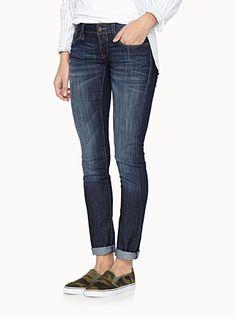 - Signé Mavi Jeans chez Twik  - Essentiel jeans indigo chic et épuré aux reflets légèrement lustrés  - Denim stretch confort  - Coupe ajustée à taille basse  - 5 poches graphiques  - Bouton logo et rivets cuivrés en accent