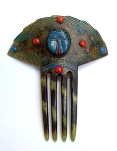 Art Deco Egyptian Revival Style Fan Shaped Hair Comb  SIZE: 5 ins h x 4½ ins w (13 x 11 cms)    APPROXIMATE DATE: 1920s to 1930s    MATERIAL: celluloid.