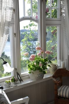 Country Cottage Style window view of the lake with pink roses Cottage Living, Cottage Homes, Cottage Style, Lake Cottage, White Cottage, Cottage Chic, Lakeside Cottage, Romantic Cottage, Romantic Homes