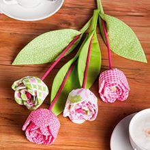 Idée couture : Coudre un bouquet de fleurs  A la fin du mois de mai, nous célébrons la Fête des Mères. Celle-ci est toujours associée à des fleurs, le cadeau traditionnel pour nos mamans. Pourquoi ne pas opter cette année pour des fleurs originales qui ne fanent jamais ? Avec nos tissus patchwork vous pouvez coudre un beau bouquet de fleurs multicolores – idéal comme déco et idée cadeau !