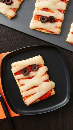 Crescent Mummy Pizzas Kids will go crazy over these Crescent Mummy Pizzas. They're totally kid-friendly to make, so they can join in on the fun. (Or help you party-prep! Halloween Appetizers For Adults, Comida De Halloween Ideas, Recetas Halloween, Halloween Breakfast, Halloween Snacks For Kids, Appetizers For Kids, Halloween Dinner, Halloween Desserts, Halloween Food For Party