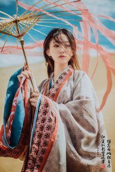 谁念西风独自凉,红尘孤影望远方 Asian Style, Chinese Style, Human Poses Reference, L5r, Aesthetic Japan, Chinese Clothing, Oriental Fashion, Fashion Poses, Asia Girl