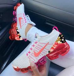Nike Air VaporMax Floral: The Swoosh continues to retool one of its most unique shoes. So in order to make our sneaker fans life much easier, we have selected a brand new collection of best sneakers… Cute Sneakers, Best Sneakers, Sneakers Fashion, Shoes Sneakers, Nike Fashion, Fashion Outfits, Women's Shoes, Style Fashion, Floral Fashion