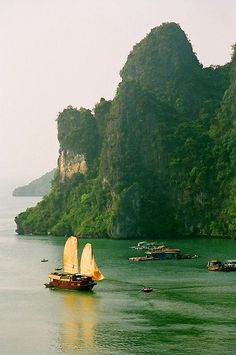 A junk with sails unfurled in Ha Long Bay, Vietnam (by josh-n).