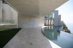 Architect Wallace E. Cunningham designed the Razor Residence in La Jolla, California.
