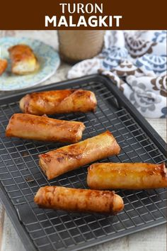 Turon Malagkit - Tressa Vintola-Bruess - Turon Malagkit Turon Malagkit filled with sticky rice and jackfruit, coated with sugar, and fried until golden and caramelized. These Filipino spring rolls are filling, delicious and perfect as snack or dessert - Sticky Rice Recipes, Egg Roll Recipes, Sweet Potato Recipes, Snack Recipes, Pinoy Dessert, Filipino Desserts, Filipino Recipes, Pinoy Recipe, Filipino Street Food