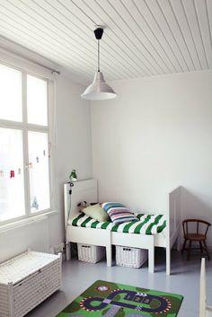 preciosa habitación en la que el blanco es el protagonista. Nos encanta la funda nórdica de rayas :)