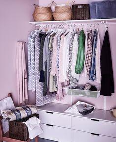 Ein begehbarer Kleiderschrank, hier u. a. eingerichtet mit ALGOT Wandschienen und Netzkörben in Weiß