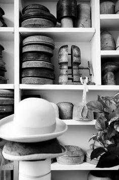 Chapeaux et blocs de bois - Atelier de Lucie Grégoire, modiste