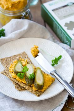 Een heerlijke koolhydraatarme groentespread die je kunt gebruiken op zadencrackers of als dip. Heel lekker, snel gemaakt, glutenvrij, suikervrij, zuivelvrij