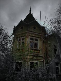 Tell the story that goes with this house. Use only 10 sentences.