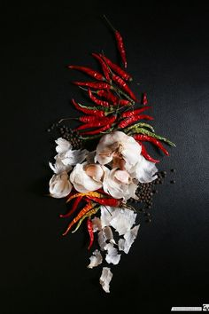 food photography styling Garlic and Chili Dark Food Photography, Amazing Photography, Photography Composition, Photography Props, Photography Lightbox, Photography Backgrounds, Photography Awards, Canon Photography, Video Photography