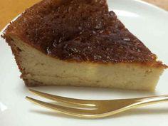 ミキサーで混ぜて焼くだけ☆酒粕のケーキ 生クリームもチーズも使わない体に優しいケーキ。少々食べ過ぎても大丈夫そう?豆乳、米粉、きび砂糖で更に◎ めるてぃんCAFE 材料 (18cm丸型) 酒粕 70g 豆乳(牛乳でも) 100cc ヨーグルト 150g きび砂糖 60g オリーブオイル 大さじ2 たまご 2個 米粉(薄力粉でも) 40g 重曹 小さじ1 作り方 1 酒粕、豆乳、ヨーグルト、砂糖、オリーブオイルをミキサーに入れて混ぜる。 2 ①のミキサーに、たまごを入れて混ぜる。 3 米粉と重曹を合わせておく。 4 ③の米粉と重曹を②のミキサーに入れて混ぜる。 5 生地が出来上がりました^ ^ 6 型に流して、170℃のオーブンで45分湯煎焼きする。 7 焼き上がり♪ コツ・ポイント コツは特に無いですが、焼き上がりがゆるい場合は、オーブン庫内に冷めるまで放置しておけば余熱で焼けます。 レシピの生い立ち チーズケーキが好きでよく作りますが、クリームチーズのカロリーが気になって… 酒粕でチーズのような味になると知り、試しに作ってみました。 レシピID:3052299