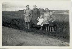 Bedstemor der stammer fra Brogården i Vaarst Gunderup sogn blev i 1901 viet til min Bedstefar i Gunderup kirke. Bedstefar havde været på Fjellerad Højskole 1897-1898 og må her have mødt og blevet forelsket i min Bedstemor. De flyttede til Nyrup og overtog min Bedstefars fødehjem. De fik 7 børn - Bedstemor er her en dejlig sommerdag sammen med 4 af sine børnebørn.
