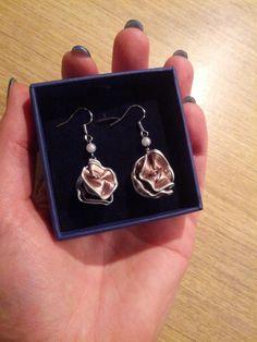 Oorbellen earrings zacht roze met kleine parel. In opdracht van een collega.