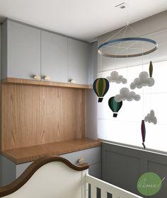 """suíte bebê - para o pequeno Arthur, pensamos num quarto em tons de cinza + branco + madeira. Fizemos uma boiserie com iluminação indireta na parte superior. O berço já era um item que os papais já tinham comprado, então tentamos incorporar com o resto do projeto utilizando a cor de madeira no móvel cômoda + trocador. O tema """"céu"""" foi incorporado, então utilizamos puxadores em formato de nuvem no móvel. Projeto por @limearquitetura"""