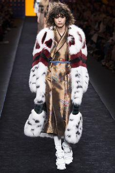Fendi Autumn/Winter Ready-To-Wear Milan Fashion Week 2016 Fashion Trends, Fall Fashion 2016, Fur Fashion, Fashion Week, High Fashion, Winter Fashion, Fashion Show, Milan Fashion, Fashion Terms