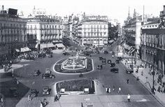 Hoy damos un paseo por la Puerta del Sol de 1950 ¿Te vienes? ¡Cuidado con los coches! http://www.secretosdemadrid.es/fotos-antiguas-la-puerta-del-sol/…  #madrid