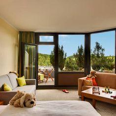 Blick in eines der Hotelzimmer mit Balkon | H+ Hotel Willingen im Sauerland